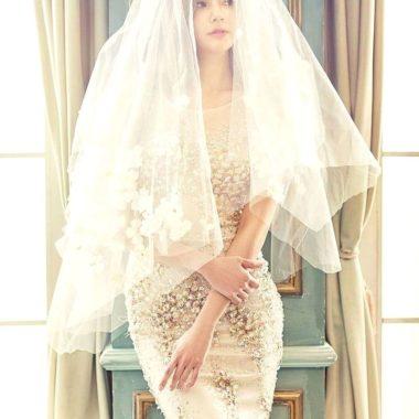 Pani Młoda stojąca w sukni Ślubnej
