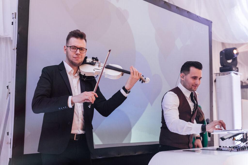 skrzypek i dj grają na weselu