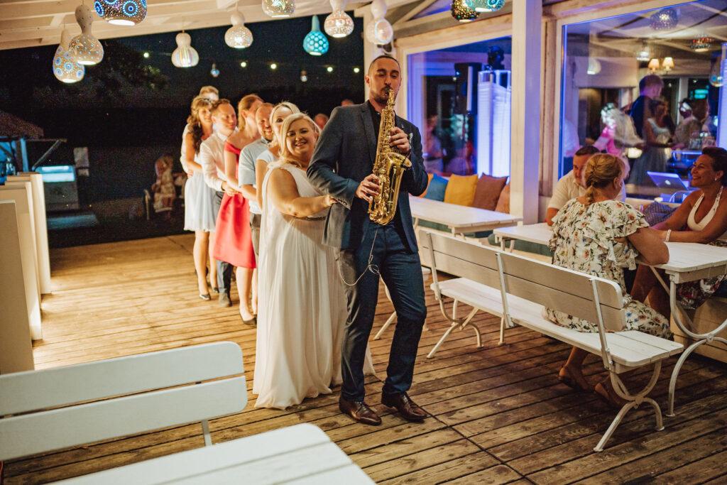 saksofonista i goście na weselu