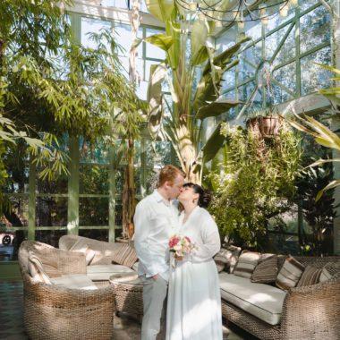 Para Młoda w strefie relaksu, idealna atrakcja na wesele