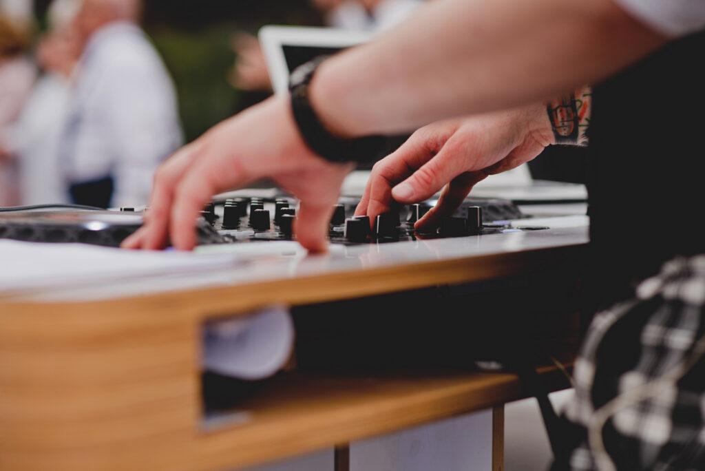 grający dj na weselu
